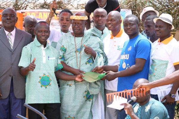 Brassivoire offre du matériel d'assainissement au village d'Assabonou